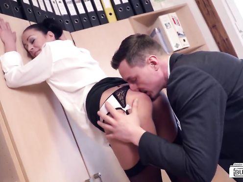 Застал секретаршу за ласками и трахнул её