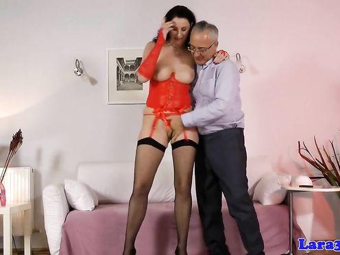 Старик трахает зрелую шлюшку в красном белье