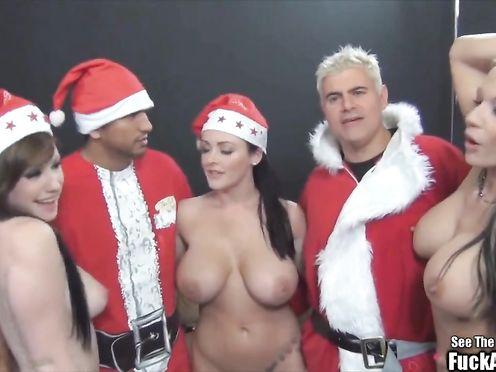 Развращенная Sophie Dee в новогодней групповухе