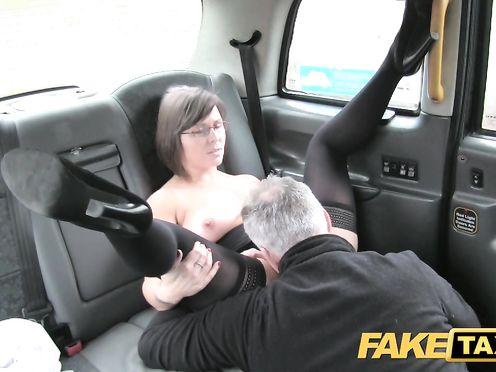 Таксист раскрутил деловую бабу на жаркую еблю