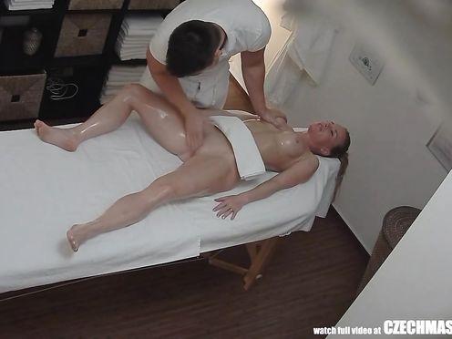Массажист хитро возбудил клиентку на секс с ним