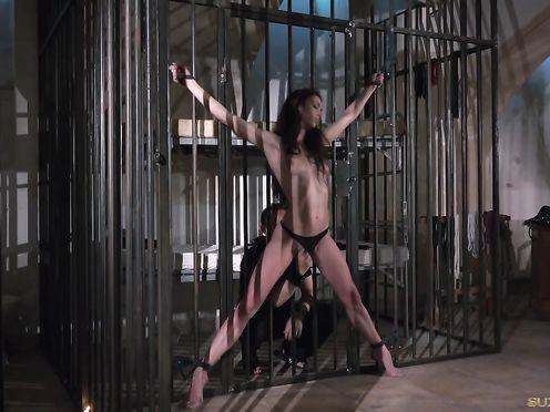 Беспомощная Arwen Gold и ее мучитель в клетке