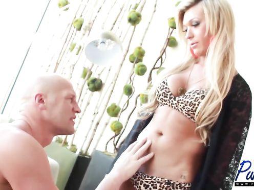 Шикарный транс Aubrey Kate трахает мужика в жопу