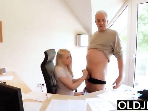 Шеф уложил секретаршу на стол и жадно трахает