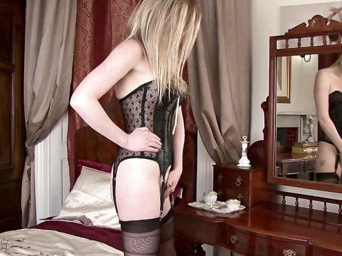 Зрелая блондинка Holly Kiss дрочит пизду в постели