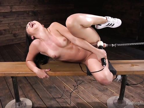 Развратная баба подставляет пизду под секс машину