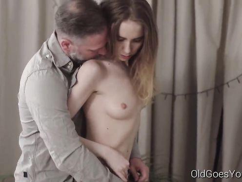 Сексапильная девушка хочет секса со зрелым мужиком