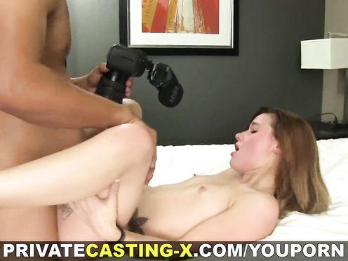 Игривая девушка трахается на порно кастинге