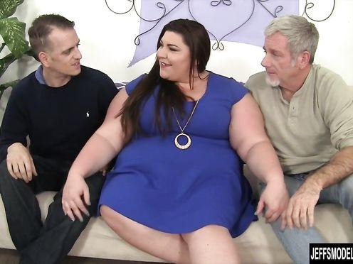 Мужики трахают толстушку в два ствола