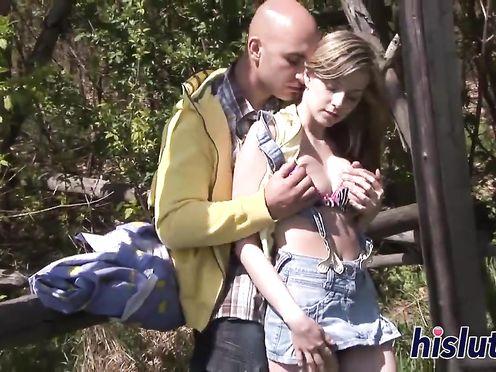 Молодая блондинка ебется с мужиком на природе