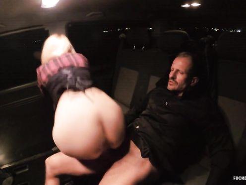 Незнакомец отъебал блондинку в машине