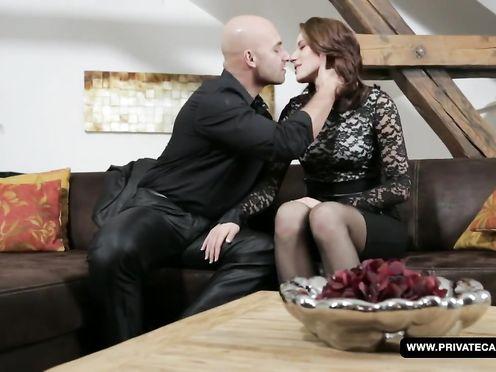 Сексуальная бизнес леди отдает свою попку партнёру по бизнесу