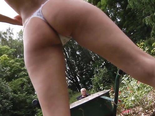 Старик овладел молоденькой пиздой в саду