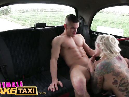 Зрелая таксистка подобрала голого парня на дороге и потрахалась с ним