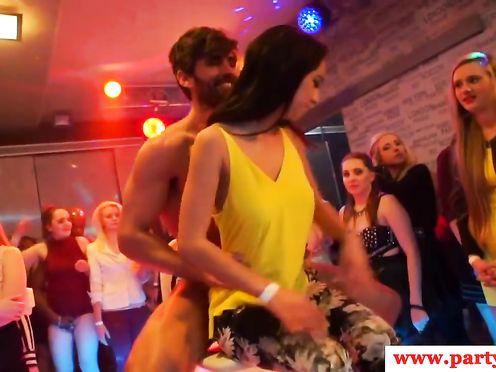 Телки занимаются беспорядочным сексом на вечеринке
