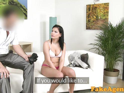 Раскрепощенная девчонка пришла на порно кастинг