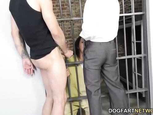Два охранника в тюрьме трахают заключенную