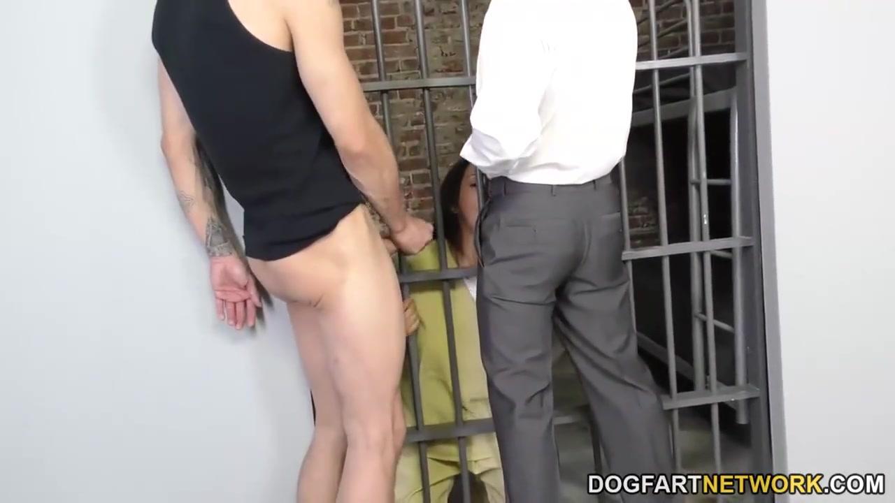 Трахают заключенную в тюрьме