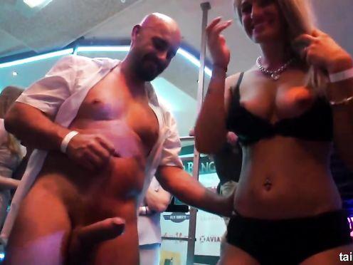 Групповое порно на свингерской вечеринке в загородном доме