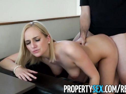 Горячая блондинка устраивается на работу через постель