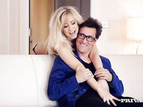 Karlie Simon трахается со своим стилистом на диване