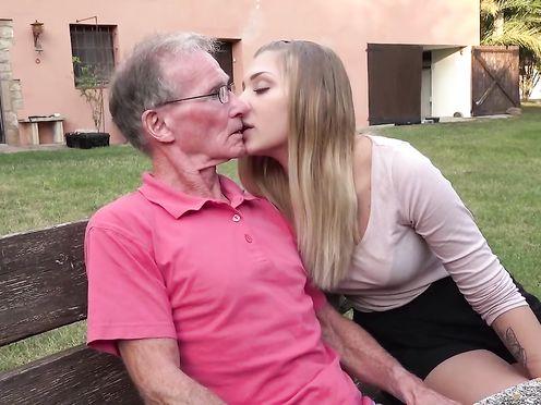 Старый дед выебал свою красивую внучку
