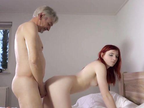 Рыжая красотка трахается с пожилым мужиком