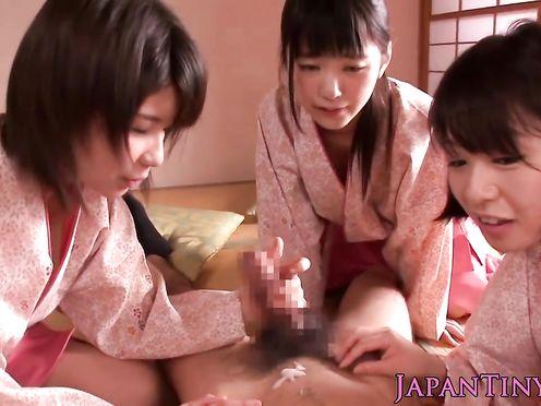 Паренек развлекается с тремя японками