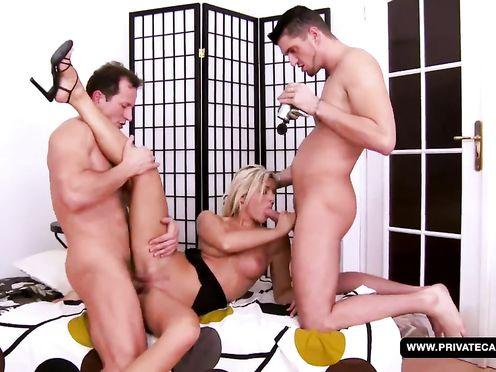 Блондинка на кастинге трахается с двумя парнями