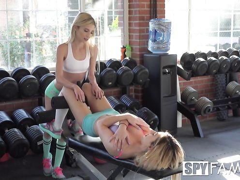 Парень трахает двух спортивных лесбиянок