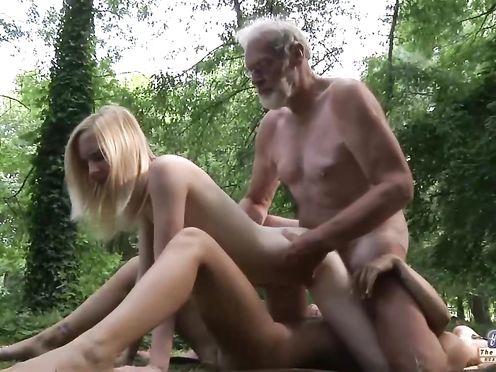 Пожилой мужик поимел двух блондинок на природе