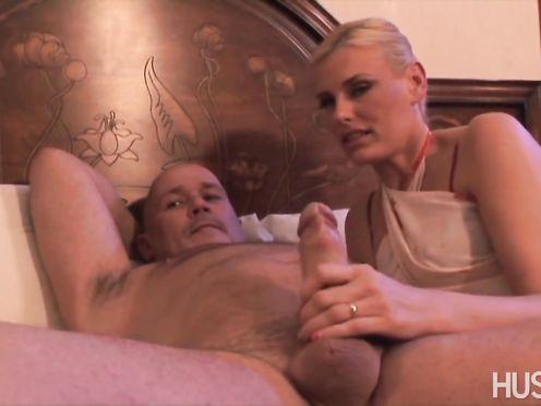 Семейная пара трахается с сексуальной блондинкой