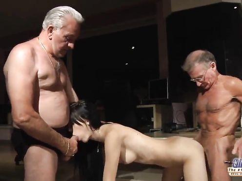 Старики трахают раскрепощенную молодую брюнетку