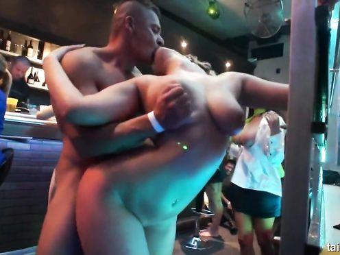 Заводная вечеринка с бисексуалками в клубе