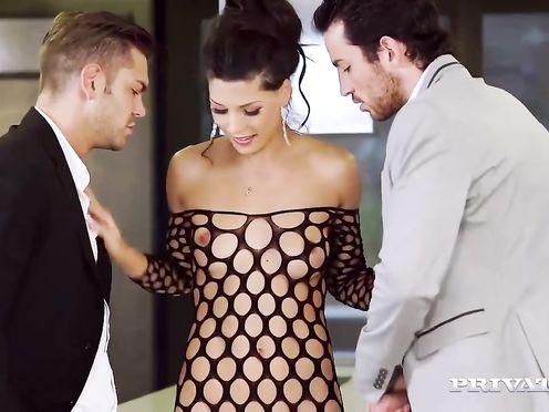 Брюнетка в сексуальном платье трахается с двумя красавчиками