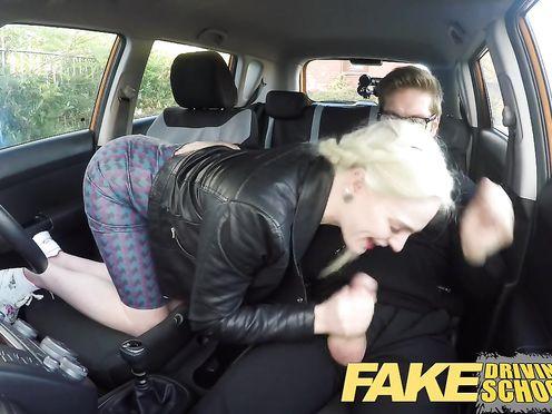 Блонда с большой грудью трахается в машине