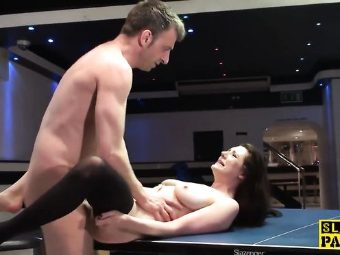 Мазохистку трахают на теннисном столе