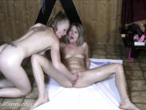 Сексуальные забавы молоденьких лесбиянок