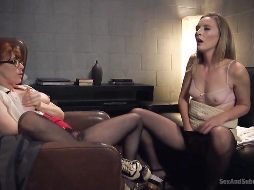 Сексуальную блондинку ебут во все дырки