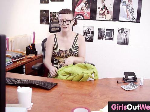 Очкастая девушка мастурбирует морковкой в офисе