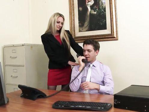 Новый сотрудник поимел начальницу в своем кабинете