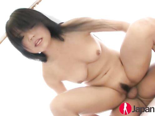Японочка с волосатой промежностью занимается сексом