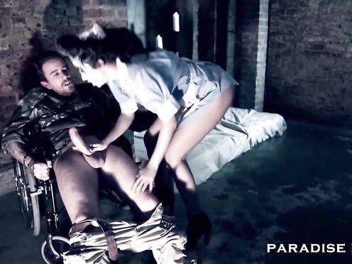 Медсестра-извращенка трахается с солдатом