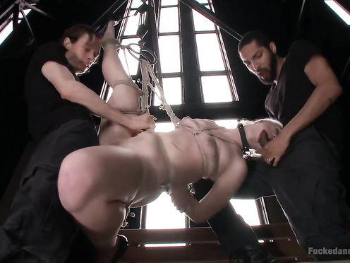Связанную сучку трахнули в два ствола
