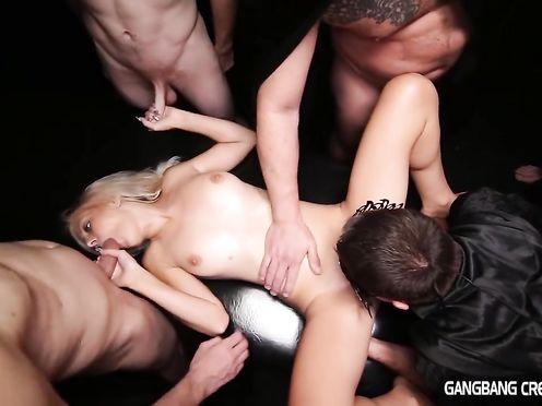 Шикарную блондинку мужики пускают по кругу
