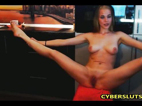 Зажигательная блондинка показывает стриптиз на вебку
