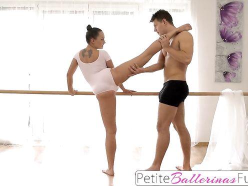 Оттрахал стройную балерину на тренировке