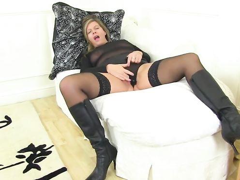 Взрослая тетка теребит свою вагину на камеру