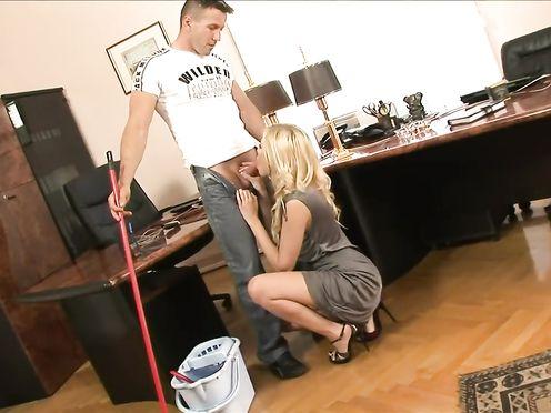 Офисная давалка трахается в очко с молодым уборщиком