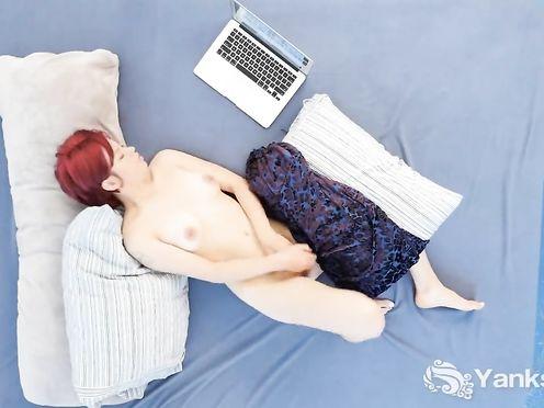 Молоденькая рыжуха мастурбирует перед компьютером